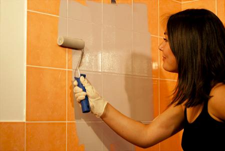 Comment peindre le carrelage avec un rouleau astuces - Comment peindre carrelage salle de bain ...