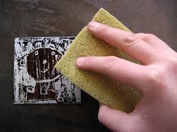 Nettoyer une gravure moisie