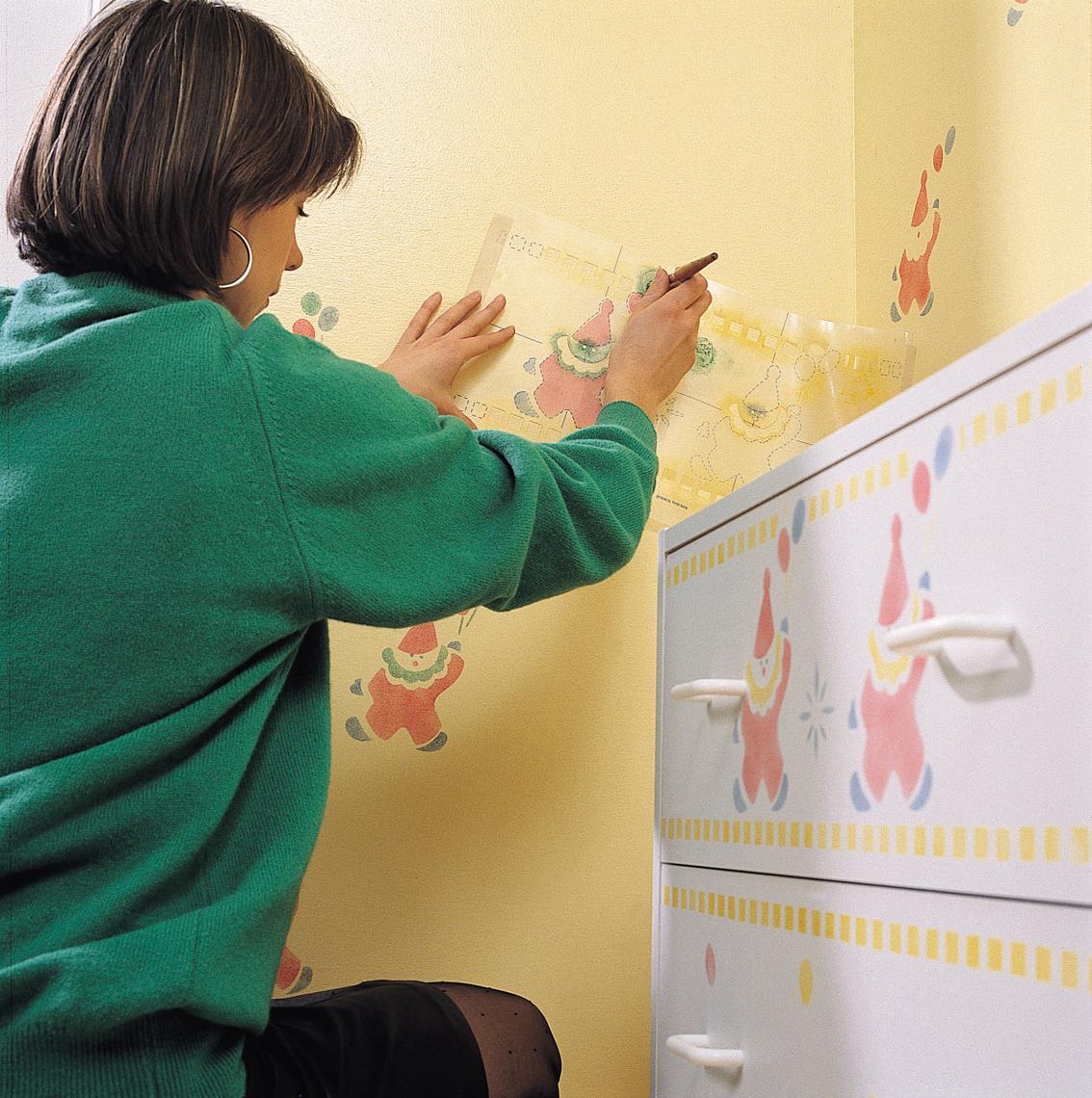 Une d coration au pochoir sur un meuble en bois astuces for Pochoir pour peinture