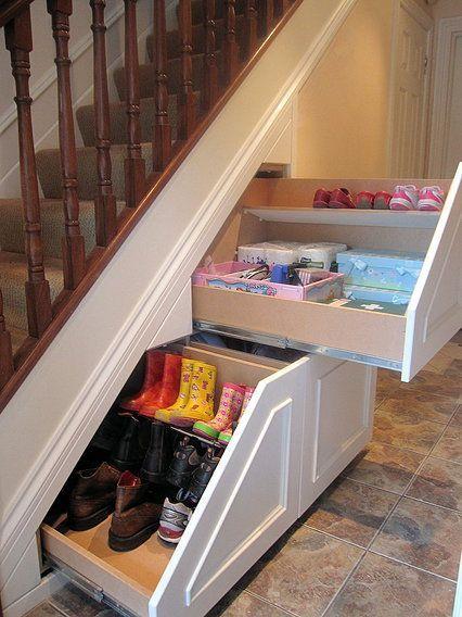 13 astuces pour ranger vos chaussures astuces bricolage - Rangement sous escalier coulissant ...