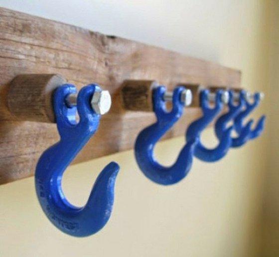 contraste-en-bleu-crochets-sur-planche-brico-objet-maison-deco