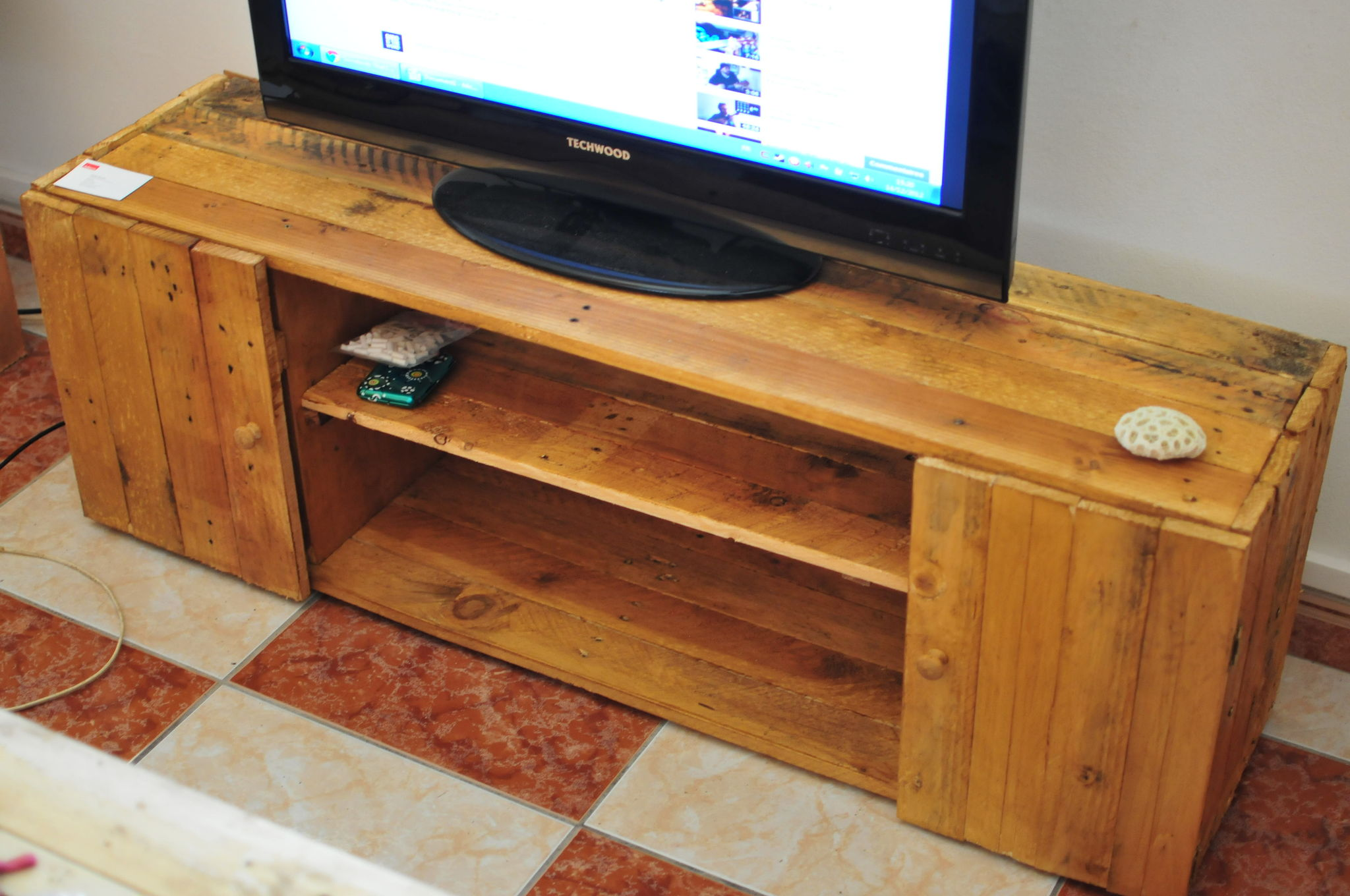 Collection de table de t l avec des palettes astuces for Table de tele