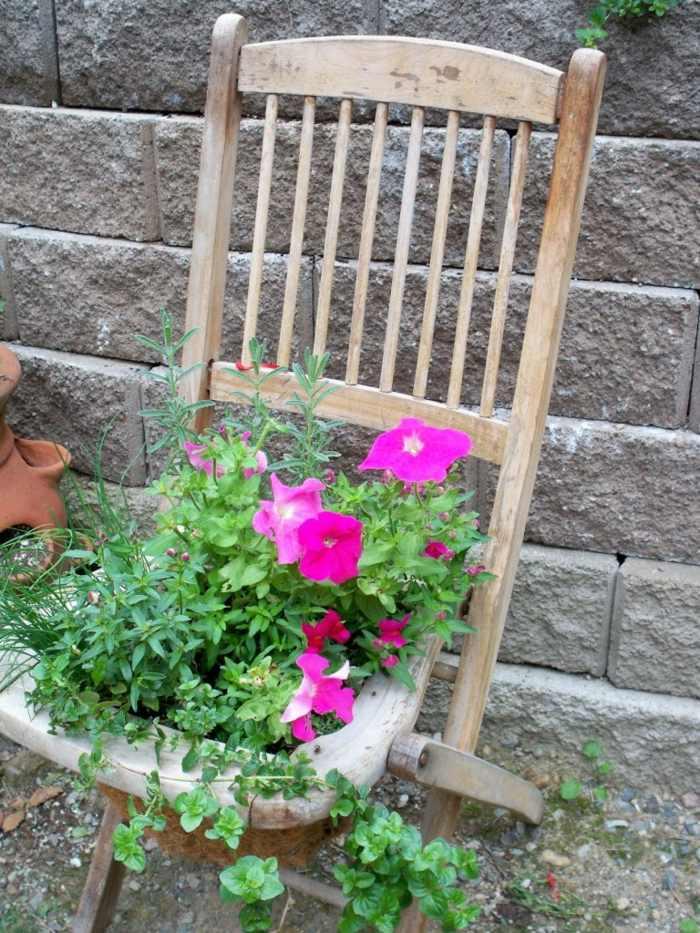 pots-fleurs-objets-récupération-pétunias-chaise-pliante-bois