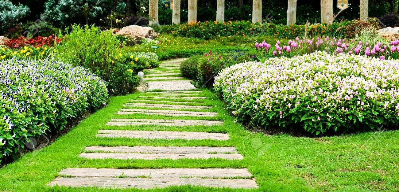 tapes pour la cr ation d 39 un chemin paysager dans votre jardin astuces bricolage. Black Bedroom Furniture Sets. Home Design Ideas