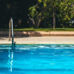 Les outils indispensables pour nettoyer et entretenir la piscine